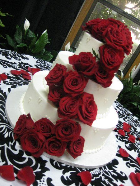 Red wedding ideas #weddingcake