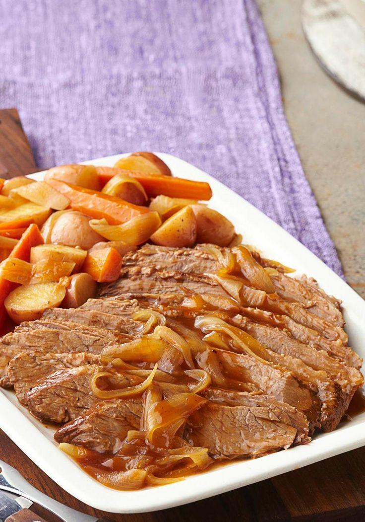 Pecho de res con salsa para asar en cocción  lenta-Cuando se trata de pecho de res, el cocinarlo lentamente significa todo. Esta receta de cocción  lenta esta preparado con zanahorias, cebolla y papas rojas.