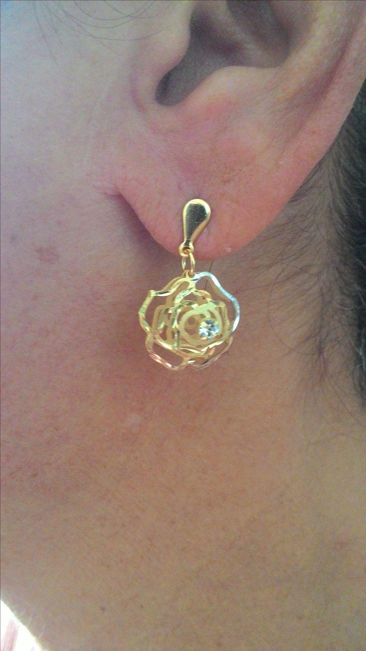 Brinco folheado a ouro em forma de flor, com 1 ano de garantia no folheado.