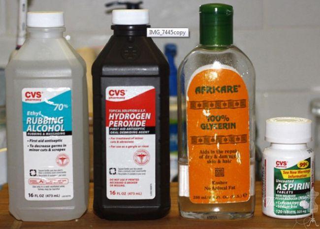Misture 180ml de álcool 70% e 60ml de água oxigenada 10%. Amasse 20 aspirinas e coloque o pozinho na mistura líquida, chacoalhe o frasco para derreter bem a aspirina. Em seguida acrescente 1 colher de sopa de glicerina a mistura. chacoalhe novamente e espere pelo menos 30 minutos para que a aspirina se dissolva ainda mais. Use 2 vezes ao dia na pele seca e limpa para combater espinhas e pêlos encravados.