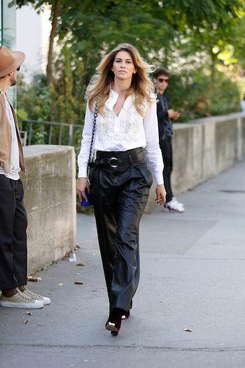 Street Style PFW by LeoFaria @streetstylemood Calça preta de couro, calça de couro, camisa branca, PFW, Paris Fashion Week, Street Style, LeoFaria, Streetstylemood