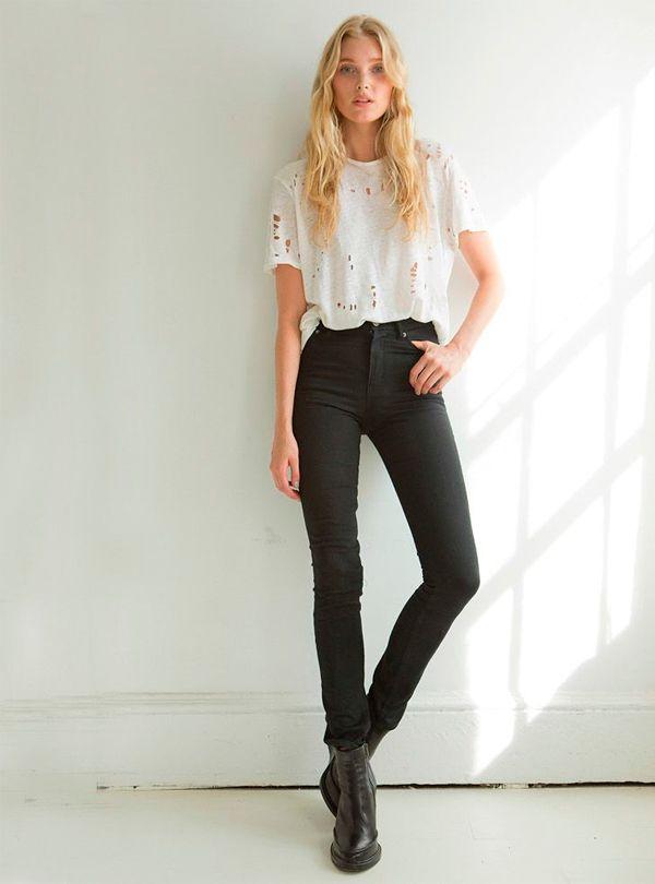 Usar calça preta de cintura alta é um ótimo truque para alongar as pernas.
