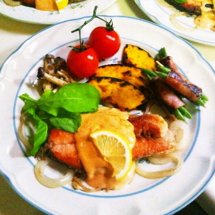 今夜は真美子の大好物の鮭のムニエル♪ 今、お野菜高いよね(;_;)生野菜モリモリは厳しいので色んなお野菜を少しずつ。グリルしたかぼちゃが美味しかった!見切り品野菜様&valor様に感謝☆