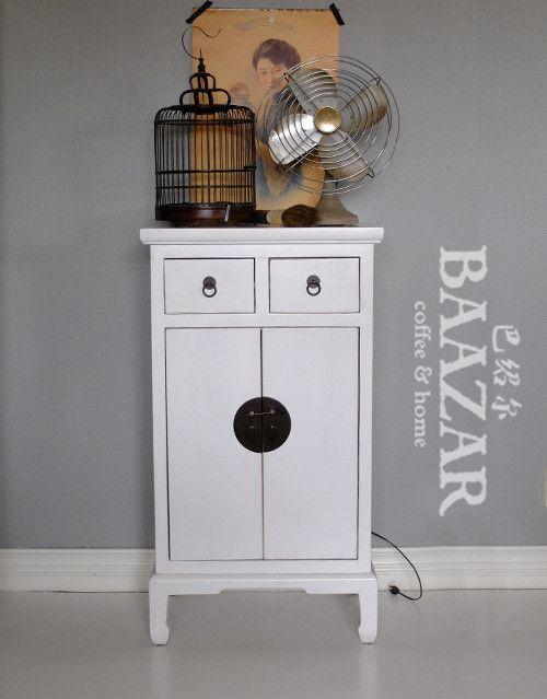 Vackert vitt skåp, A-24, från Baazar Coffee and Home. Hitta fler möbler på www.baazar.se   skåp, sängskåp, sideboard, hall, kina, baazar, litet, svart, beslag, china, cabinet, vitt, white, bed, kina, bazar, bazaar, basar_2
