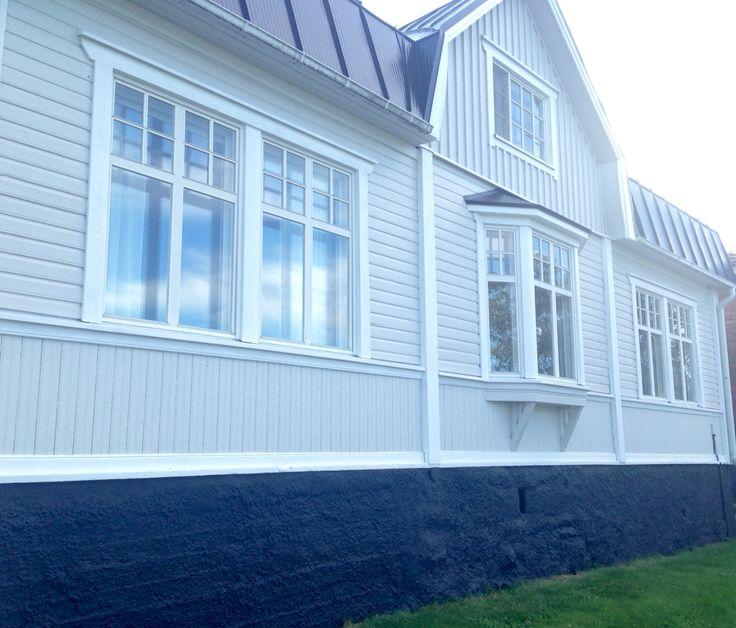 Vårt nymålade hus. Varm ljusgrå med svart stenfot