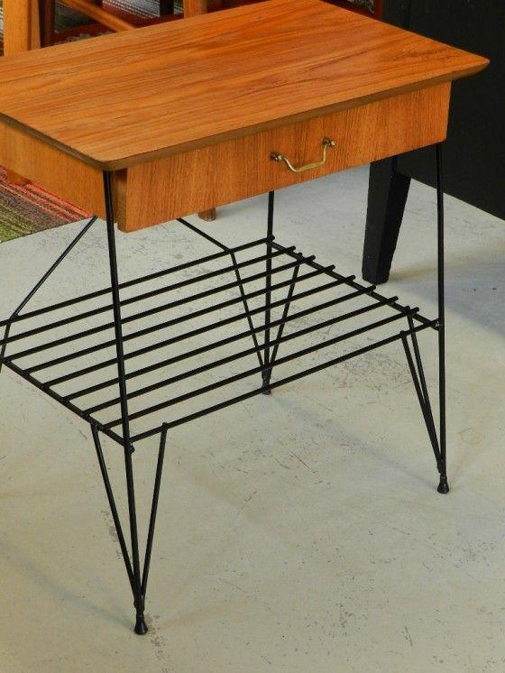 Teakbord/nattduksbord/hallbord med låda och tidningshylla och ben i svart…