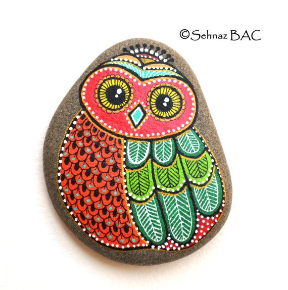 Buho de piedra pintados de mano pintado por ISassiDellAdriatico                                                                                                                                                                                 Más