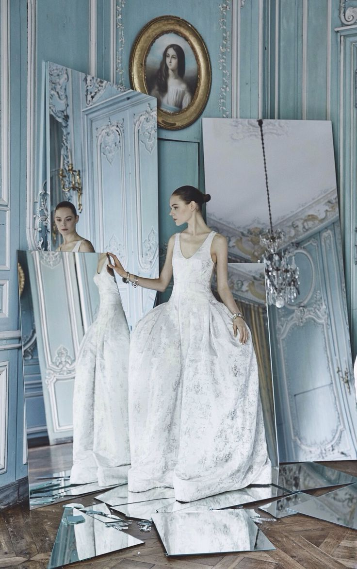 Dior Por Patrick Demarchelier. Vestido e espelhos em ambiente de palácio.