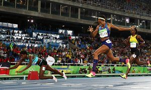 Shaunae Miller of the Bahamas (L) dives over the finish line to win the gold…
