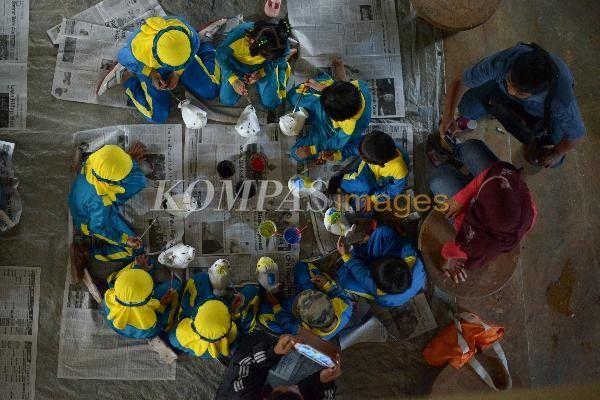 Murid RA Masyithoh Jurang dari Temanggung, Jawa Tengah, mewarnai celengan di Gedung UPT Koperasi Setya Bawana, Kasongan, Desa Bangunjiwo, Kasihan, Bantul, DI Yogyakarta, Rabu (23/4/2014). Selain untuk memupuk kreativitas, kegiatan tersebut juga untuk mendidik anak gemar menabung sejak dini.