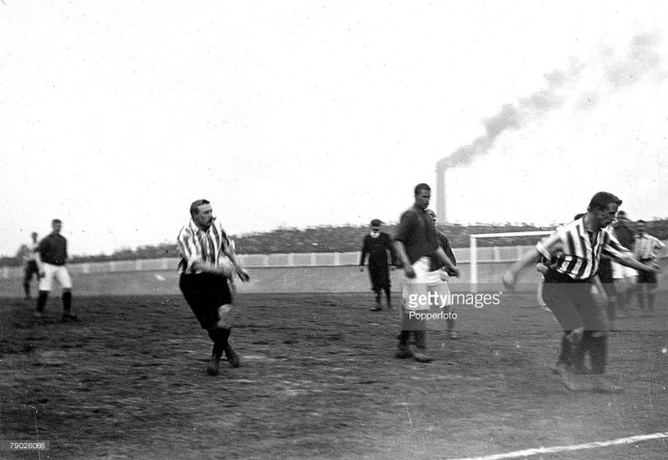 Sport, Football, F.A. Cup Semi-Final Replay, Bolton, England, 23rd March 1899, Sheffield United 4 v Liverpool 4, Midfield action from the Sheffield United,(in stripes) v Liverpool game