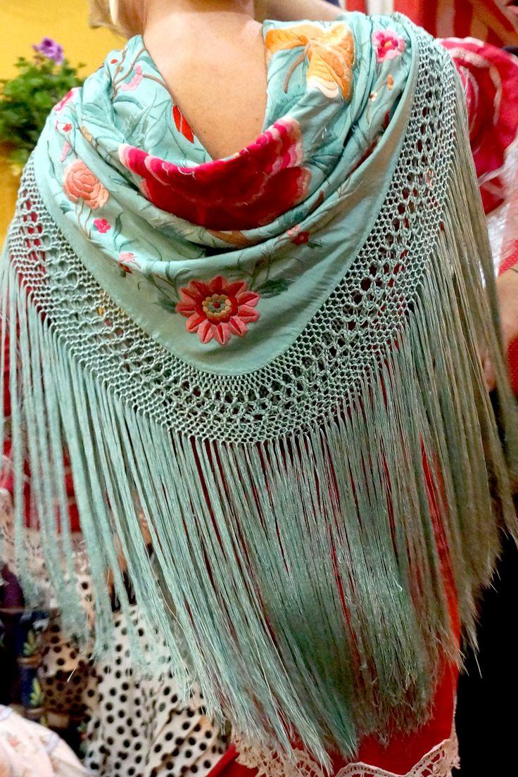 #Flamenca con antiguo mantoncillo azul cielo bordado en colores. #Feria2015