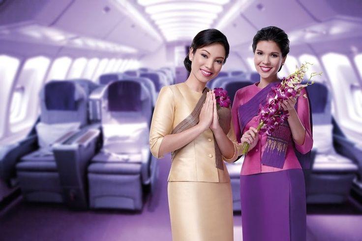 Inspiré des costumes traditionnels thaïs, l'uniforme des hôtesses de la compagnie Thaï Airways est une véritable invitation au voyage dès l'embarquement. Arborant un chignon impeccable, les hôtesses endossent une tunique en soie rehaussée d'une large écharpe, dans une harmonie de couleurs pastels, des tons rose au azur, en passant par le violet.  ©  Thaï Airways