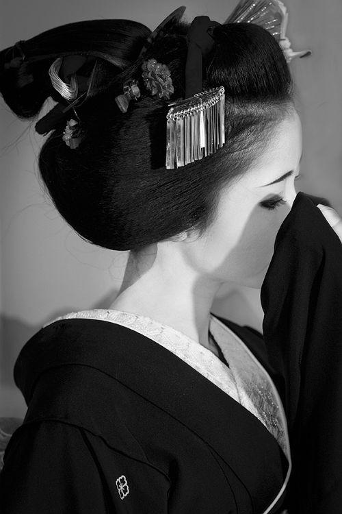 Geisha - black and white photo