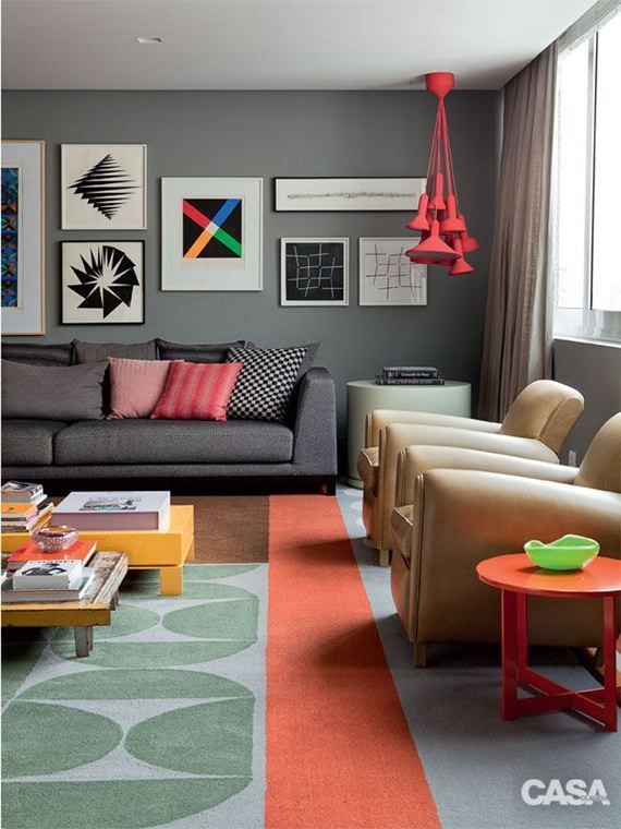 O cinza é o novo preto. Básico e curinga, ele combina com todas as cores e é bem-vindo em qualquer ambiente da casa. Para alegrá-lo, pontue a composição com tons bem alegres como o desta sala de estar: rosa, coral e laranja.