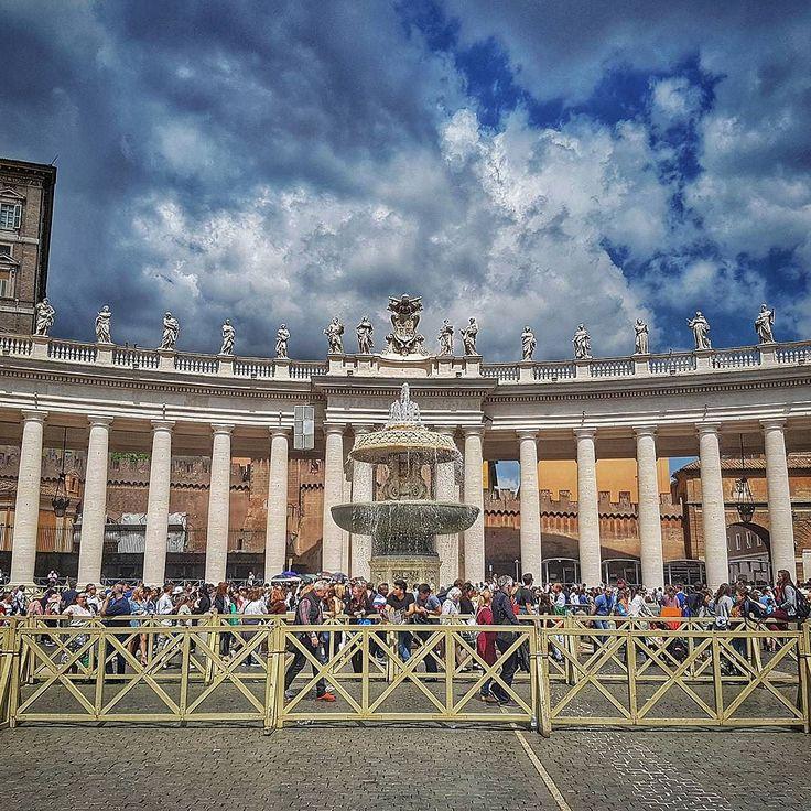 Piazza San Pietro! Vaticano . Lembre-se que nós fazemos o seu roteiro personalizado em Roma organizamos o seu transfer do/para o aeroporto e também sua hospedagem! info@emroma.com .  Veja mais no Snapchat Em_Roma  #Roma #europe #instatravel #eurotrip #italia #italy #rome #trip #travelling #snapchat #emroma#viagem #dicas #ferias #dicasdeviagem #brasileirospelomundo #viajandopelomundo #vaticano #pizzasanpietro #fontes