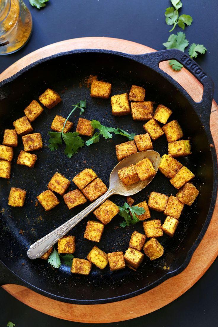 Truco para conseguir un tofu sabroso y crujiente que añadir a ensaladas o guisos, salteados, etc. Sazona el tofu, fríelo y después hornéalo, listo!