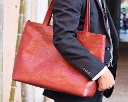 革を贅沢に使用したトートバッグですシンプルな最低限の仕様でありながら、収納力と普段使いに過不足ない実用性を満たしています。----------------------------使用素材について○表革…奥行きのあるムラ感の着色をしたステアレザー(成牛革)  発色の奥行きを出すために控えめのアンチック加工を施した革らしさを強調するコダワリの逸品です。○持ち手…厚手のヌメ革 ブラウン○使用ファスナー…YKK○外ファスナーテープ…ボルドー○外ファスナー金属部分…アンティークゴールド○内装生地…ベージュ系のツイル----------------------------サイズ・仕様などについて○収納部 写真2枚目 開閉部横幅…44cm 底部横幅…32cm 正面から見ると少し逆台形となります。 高さ…34cm…