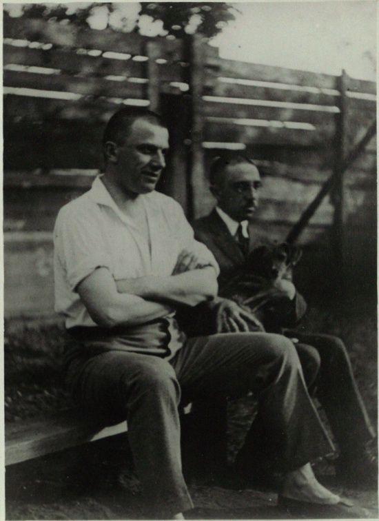 В.В. Маяковский и О.М. Брик сидят на скамейке во дворе дома в Гендриковом переулке. 1926