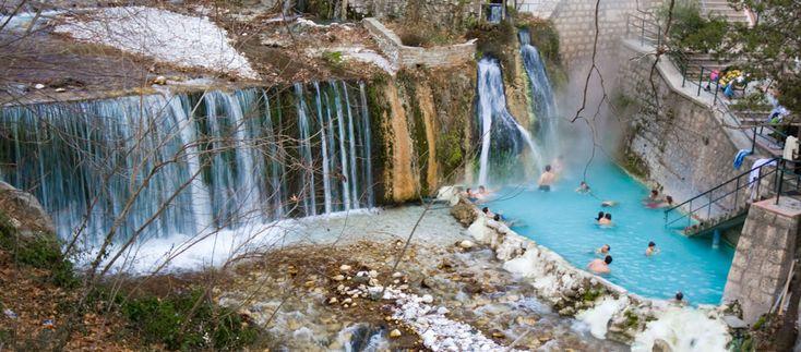 Εξωτερική φυσική πισίνα με ιαματικό νερό δίπλα στον καταράκτη με παγωμένο νερό!!