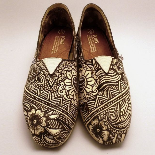 Beautiful henna pattern on the Toms! The beauty of henna is every where and so are Tom's. culturalweddings.com