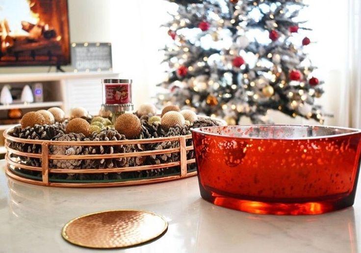 Le premier jour de l'Avent est proche... Craquez pour les éditions limitées de Noël! Crimson Berries, un délicieux parfum de baies de Noël mélangé à une touche d'épices et de gui. (📷 @stylefromvictoria ) ・・・ #woodwick #woodwickcandle #bathandbodyworks #ellipse #bougie #candle #noel #christmas #pommedepin #deconoel #decoration #sapin #bbw #lovecandle #love #beauty #table #tendance #design #red #rouge #guirlande #photo #baie #gui #paindepice