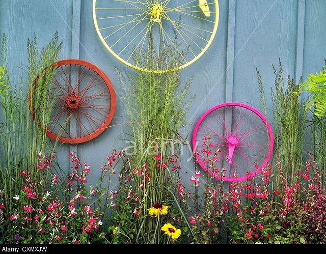 Bicycle rims garden display. Al's Nursery. Sherwood, Oregon. © Dennis Frates / Alamy