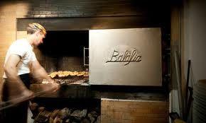 la balafia  0034971325019 Restaurant voor de locals Kip en bereid bereid op houtskool met gebakken aardappeltjes en salade van gemarineerde tomaten.