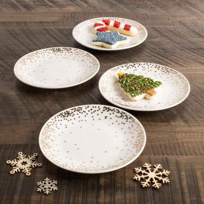 Add a touch of the traditional to your holiday table with this classic look. These holiday side plates are perfect for setting your favourite baked treats or serving delicious dessert when guests are over.