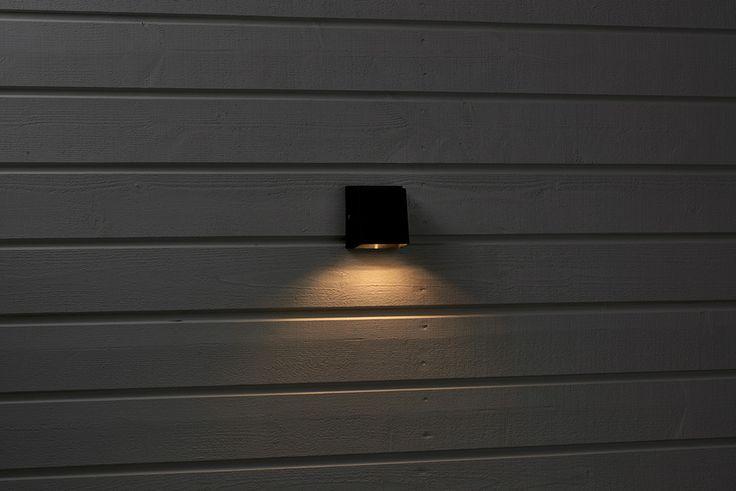 Liten vägglampa med nedåtriktat ljus. Av svartlackerat aluminium. #biltema #vägglampa #utomhusbelysning