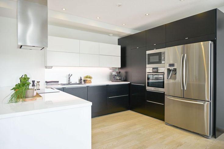 Mustaa tammiviilua yhdistettynä kiiltävään valkoiseen. - Unique Home