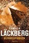 """""""Ulykkesfuglen"""" af Camilla Läckberg.  4. bind i serien om Erica Falk og Patrick Hedström.  En bilulykke - er det en spiritusulykke, eller mord? Et mord i realityshowet """"Fucking Tanum"""" - har det noget med bilulykken at gøre?"""