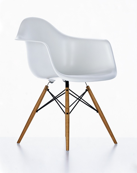 Charles & Ray Eames Plastic Armchair Maple Wooden Leg Base DAW designed in 1950 - Vitra