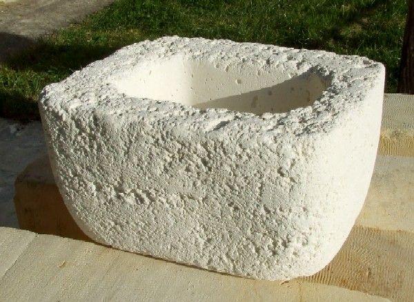 Jardinière en pierre reconstituée réalisée à l'aide d'un moule en plastique de récupération.