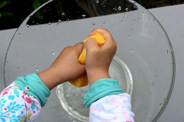 Depuis quelques temps, Poupette adore passer l'éponge pour nettoyer la table ou ses petites bêtises. J'ai pensé qu'une activité d'inspiration Montessori sur le sujet lui plairait bien, et je lui ai donc préparé un jeu de transvasement à l'éponge. C'est très facile à mettre en place, il suffit d'un saladier rempli d'eau, d'un saladier vide et d'une éponge. Le but du jeu étant de transvaser l'eau du saladier plein vers le saladier vide, uniquement avec l'éponge. Poupette m'a regardé d'un air…
