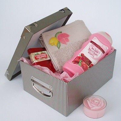 Conjunto compuesto por:  Caja cartón rigido con remates y adornos metálicos 22 x 16 x 10 cm. Loción body milk con aceite de Rosa Damascena 300 ml. Toallita decorada en tela bordada 30 x 30 cm.  Jabón artesanal de glicerina 60 gms.  Vela aromatica forma de rosa.