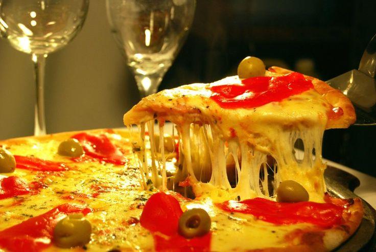 La Farola de Santa Fe es un excelente lugar para disfrutar de platos clásicos como parrilladas, pizzas y empanadas; y platos más elaborados como pollo de campo en cazuela, salmón rosado en salsa crema o el carré de cerdo en salsa de ciruela.