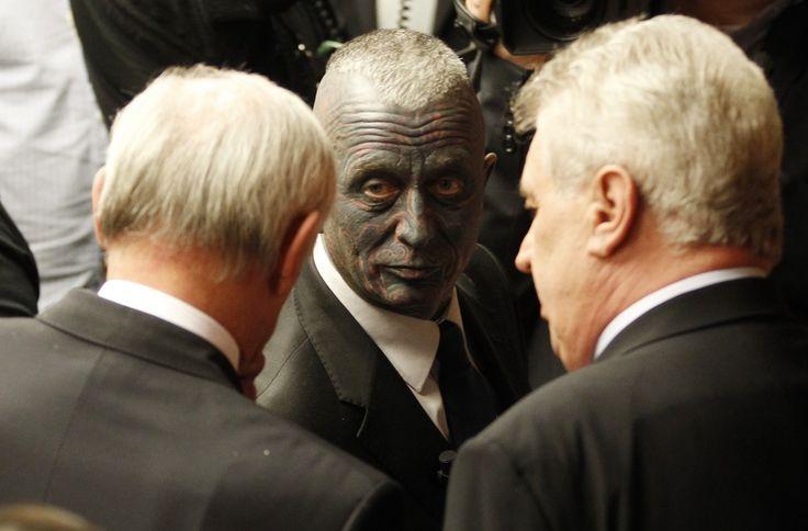 Tattoo-covered artist challenges for Czech presidency (Photo: Filip Singer / EPA)