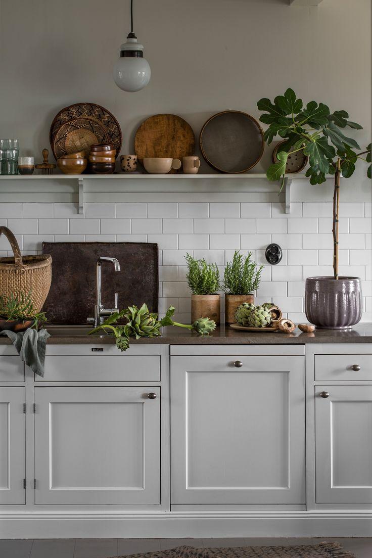 I det ljusa köket råder en lugn och stilla atmosfär som för tankarna till skog och natur