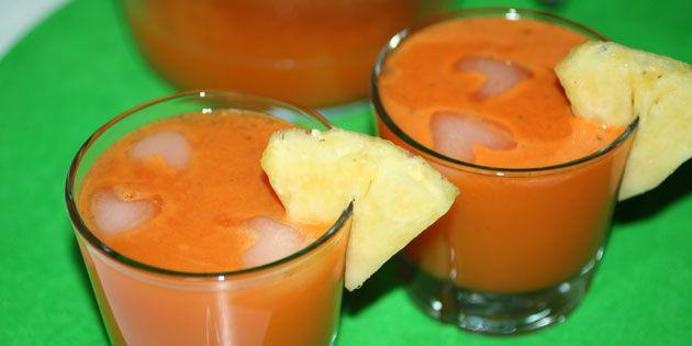 Frisk juice med gulerod, ananas og mynte. En virkelig nem måde at få en masse vitaminer og fibre på i løbet af en travl dag. Server gerne iskold.