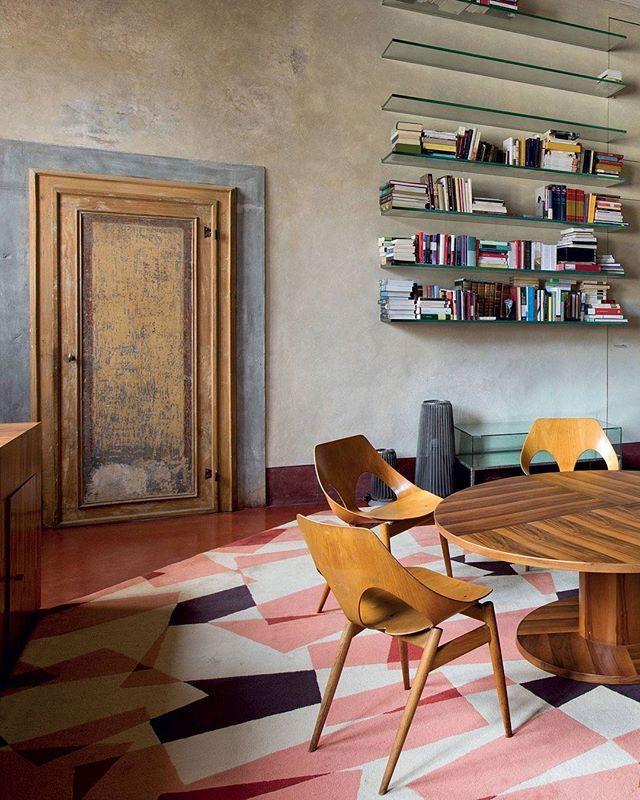 WEBSTA @ elledecorationdk - Kom med indenfor hos arkitekten Roberto Baciocchi og hans kone Rossella, som har slået sig ned i et flere hundrede år gammelt hus i Toscana, der strækker sig over flere etager rundt om en indre haveDu kan opleve hele den smukke bolig i månedens ELLE Decoration, der lige er kommet på gaden! Perfekt søndagslæsningFoto: Helenio Barbetta#ELLEDecorationdk #interior #design #toscana #italy