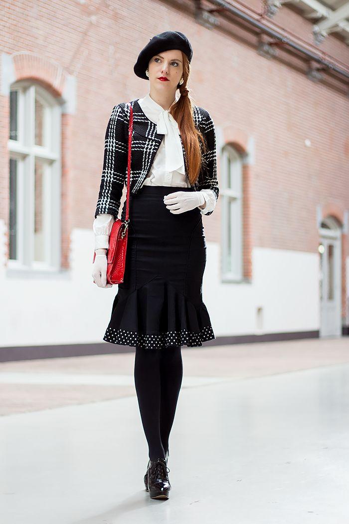 Zwart wit outfit met vintage handschoenen, polka dot peplum rok, baret en cropped jasje - Retro Sonja | Vintage Modeblog - www.retrosonja.com