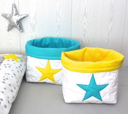 2 panières de taille différente pour ranger les petits accessoires pour le change de bébé. Assorties à l'ensemble tour de lit hibou et housse à langer jaune et grise En ti - 20277643