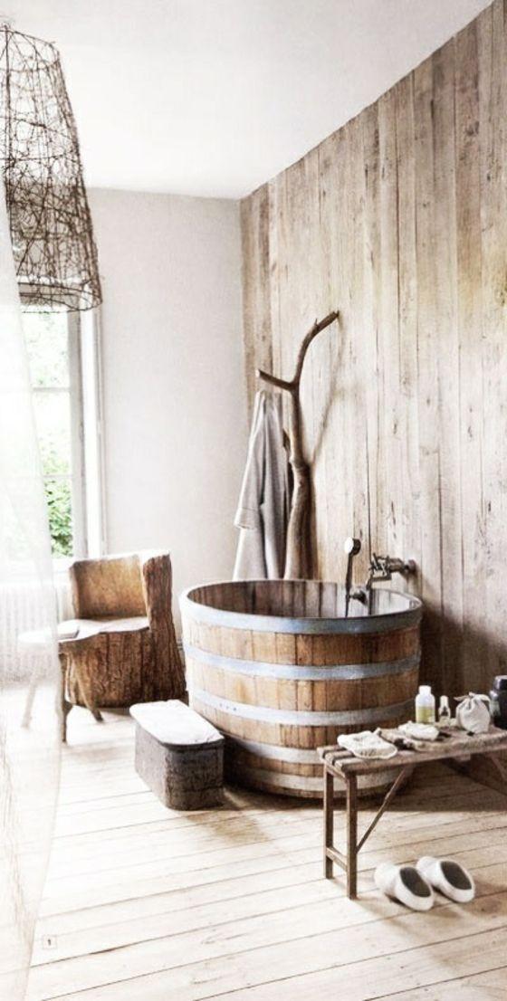 wandverkleidung aus holz im badezimmer badewanne holzfass