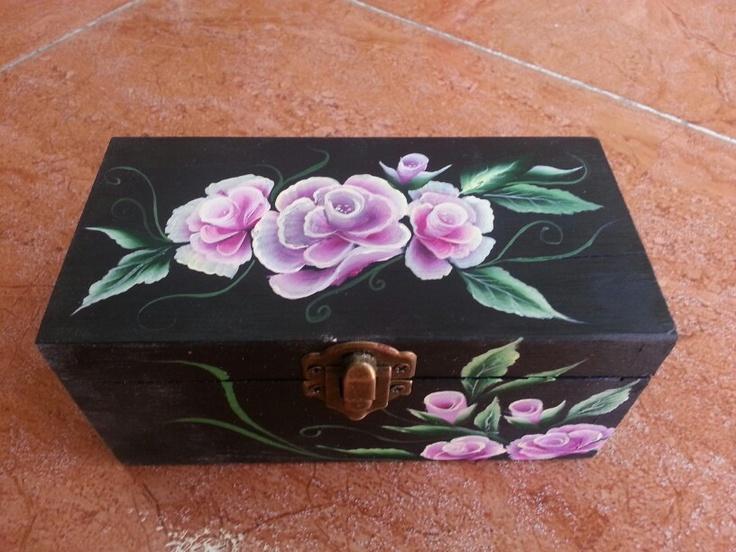 Caja de madera pintada a mano mis manualidades - Manualidades pintar caja metal ...