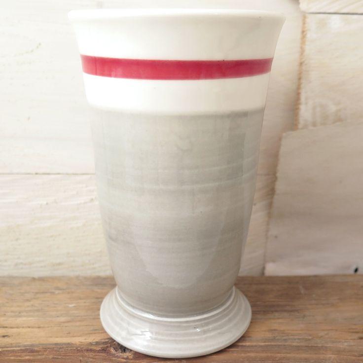 Gobelet verre à motif de bas de laine fait à la main.Les produits de porcelaine Weilbrenner & Lebeau sont cuits à haute température. L'expression typiquement québécoise «Mange pas tes bas» signifie «reste calme».Utilisez le pour y mettre du café ou de labière!