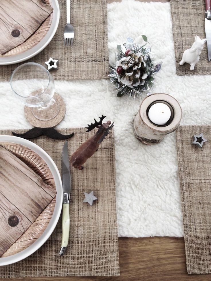 Kersttafel met natuurlijke materialen, wit vilt of nepbont