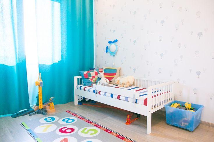 Ярко-голубые шторы в детской, кроватка для ребенка