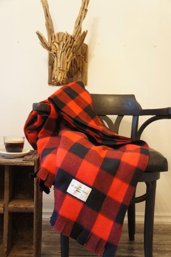 Belle et pratique Couverture à carreaux Buffalo ,rouge et noir, style bûcheron, en polar de grande qualité, reste très belle même après plusieurs lavage .Pour un style rustique ,réconfortant et chaleureux, peut servir de jetée sur un divan ou un fauteuil. Doux et confortable pour le camping ,les soirées fraîche autour du feu ,accompgné dun bon breuvage chaud ! Hummm A soffrir à soi oú à nos proches ,toujours très aprécié!!! Dimensions: 60x65 pouces