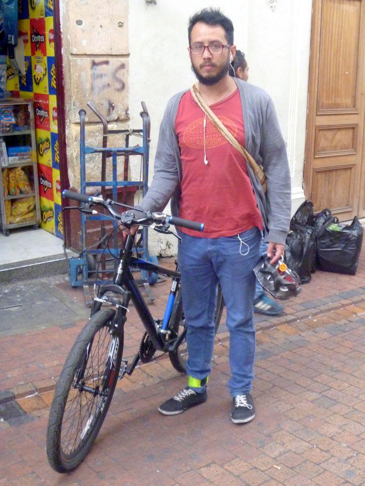 ☛Paleta de color: Colores cálidos y fríos... ☛Gris: Paz... ☛Rojo: Fortaleza, pasión y amor... ☛Ropa: Suéter, camiseta y pantalon denim... ☛Detalles: Tennis, mochila wayuu, audífonos, bicicleta.
